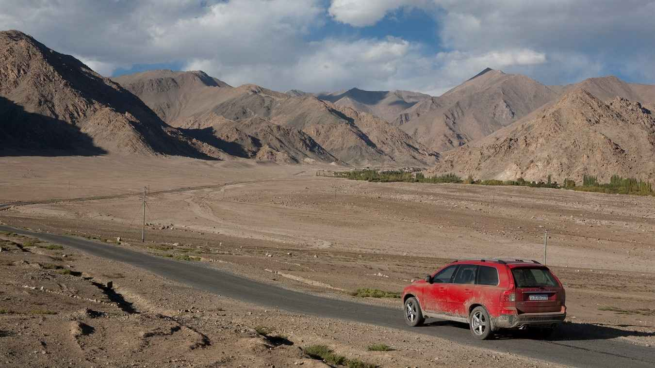 3 Idiots Movie Scene with Volvo XC90 and mountains in background